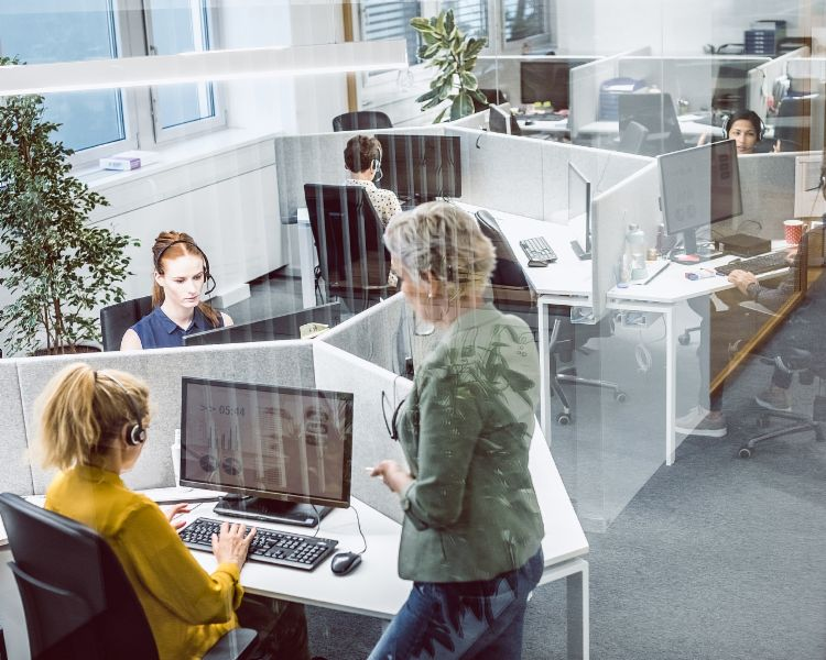 Interview: Call Center Agents bei der Arbeit.
